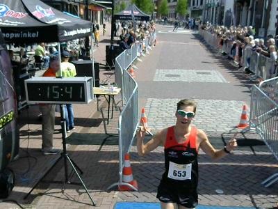 Wesley Mols wint de 5 kilometer van de MHB Overbetuweloop met een parcoursrecord.